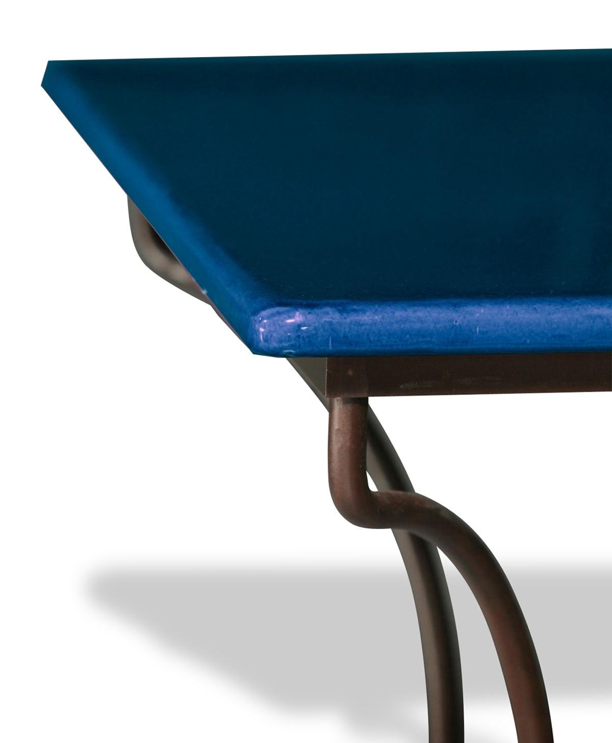 table en pierre de lave maill e bleu de castre pied. Black Bedroom Furniture Sets. Home Design Ideas